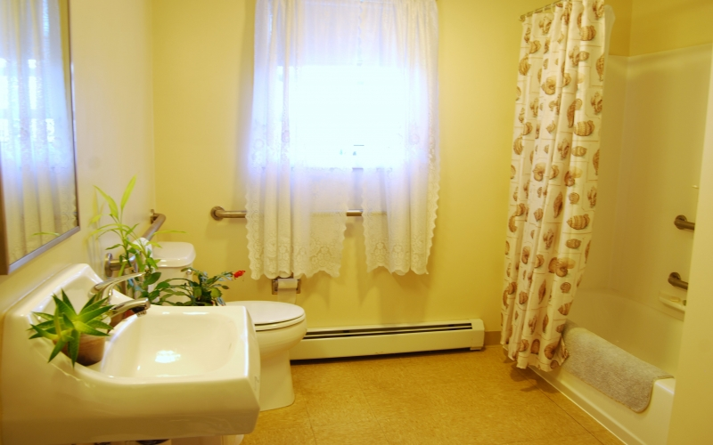 Water's Edge bathroom